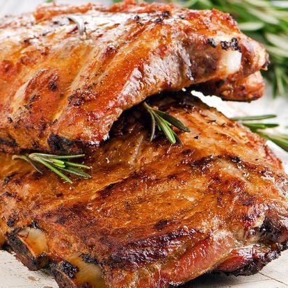 Až kilo šťavnatých grilovaných žeber s pečivem