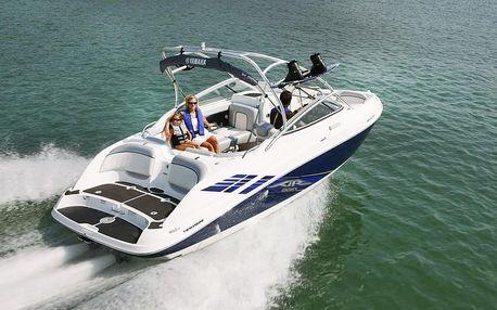 Jízda sportovní motorovou lodí Yamaha AR230