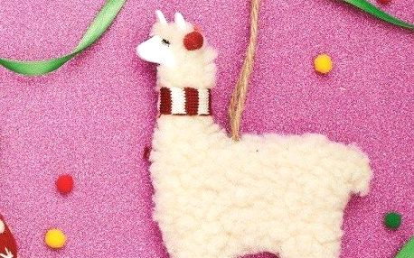 sass & belle Závěsná dekorace Festive Lama, bílá barva, dřevo, textil