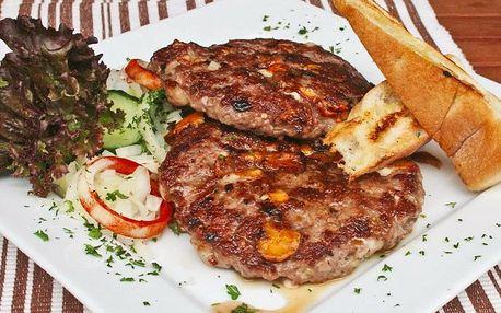 Gurmánská pljeskavica v balkánské restauraci