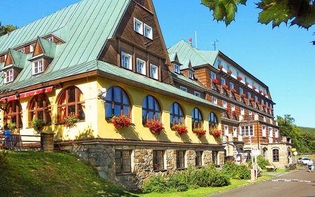 Hotel na Pustevnách přímo u nové stezky v korunách stromů s bazénem