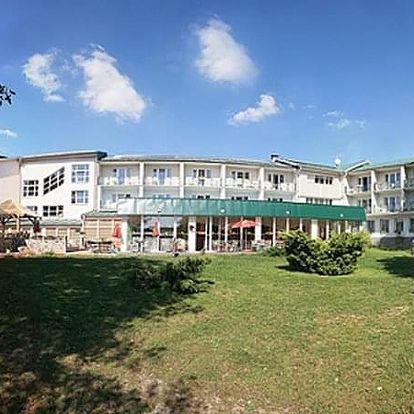 Relaxační pobyt pro dva v Hotelu Riviera s polopenzí, živou hudbou, relaxace v bazénu a bowling.