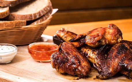 1 kg marinovaných kuřecích křídel a pečivo