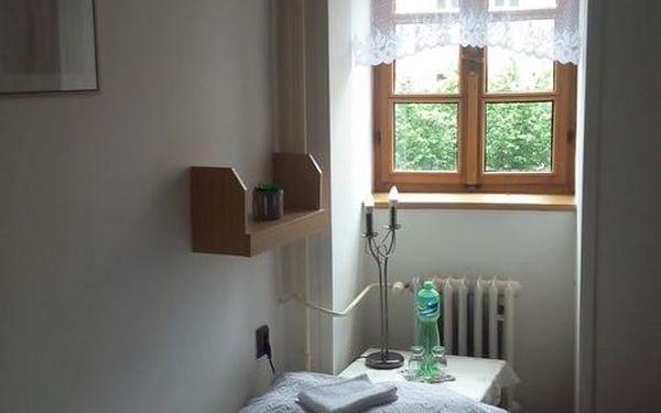 Dvoulůžkový pokoj s oddělenými postelemi a společnou toaletou4