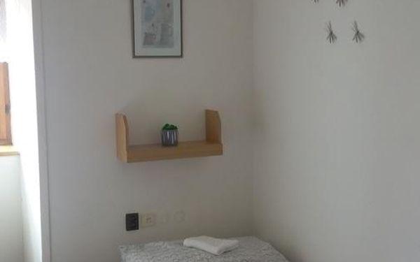 Dvoulůžkový pokoj s oddělenými postelemi a společnou toaletou5