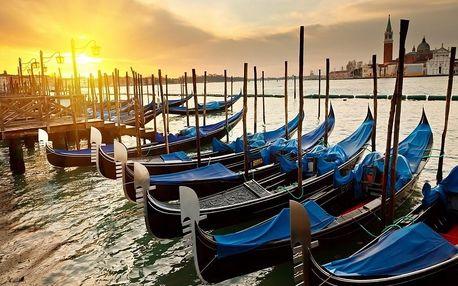 Den na pláži u moře v Benátkách a večerní Benátky včetně plavby
