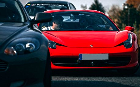 Přidejte plyn: Žihadla Ferrari, McLaren i Porsche