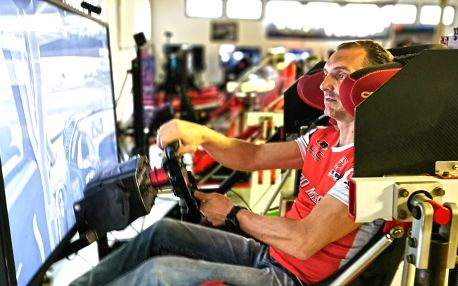 Vstup na závodní simulátory v unikátním centru