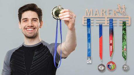 Dřevěný věšák na medaile se jménem sportovce