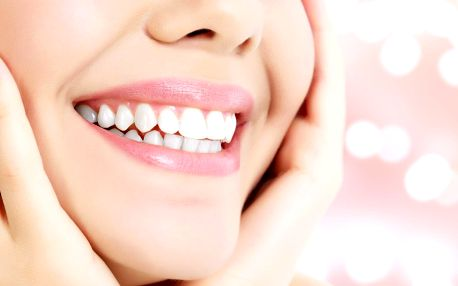 Zářivý úsměv šetrně: Neperoxidové bělení zubů