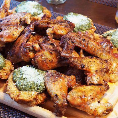 1 kilo kuřecích křídel s bramboráčky a dipem
