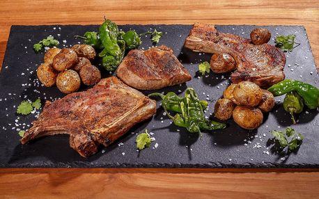 1 kg vepřových steaků s bramborami pro 2 osoby