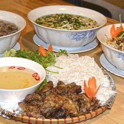 Polévka phở nebo hovězí či vepřové s nudlemi