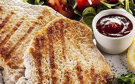 Švejk restaurant Strašnice - mix letní grilovačka, kuřecí i vepřové steaky, obloha a mufin.