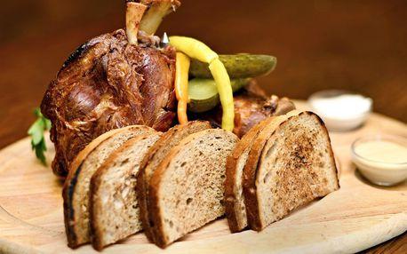 Pečené koleno s chlebem, cibulí, křenem a hořčicí