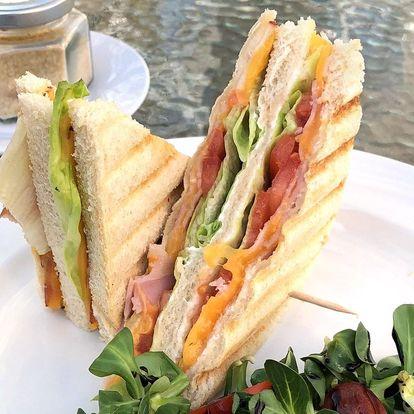 Ledová káva i sendvič v moderní kavárně