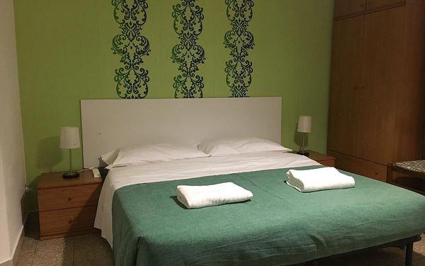 Samostatná postel ve smíšeném společném pokoji4