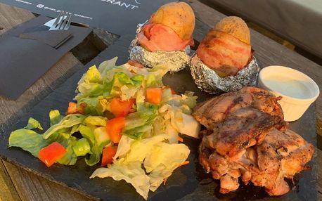 Kuřecí šašlík, pečené brambory a salát pro 2