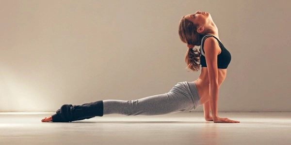 Lekce hot jógy ve vyhřátém sále na Vinohradech