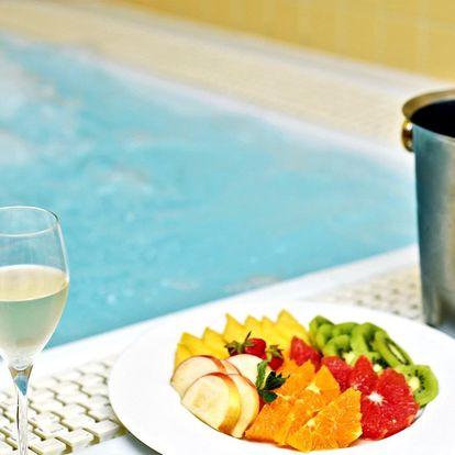 Relaxace v privátním wellness pro 2 s láhví vína