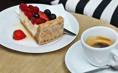 Káva a dort podle výběru v kavárně v centru Prahy