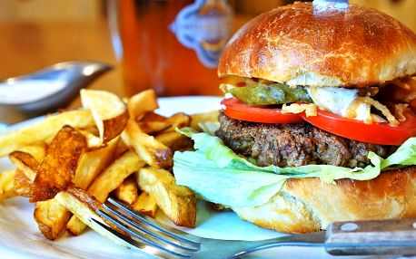 Domácí burger, jak má být: bulka, maso i hranolky