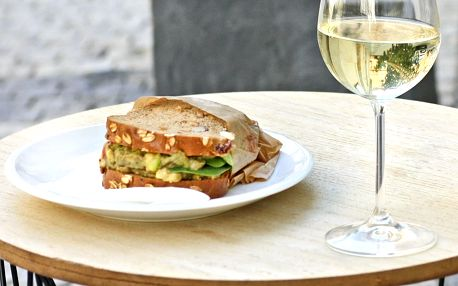 Sklenka vína a sendvič dle výběru pro 1 či 2 osoby