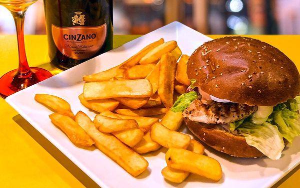 Burger, hranolky a limonáda nebo Cinzano pro dva