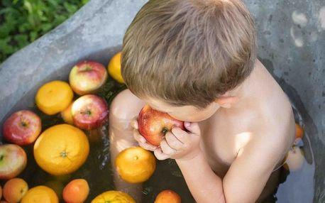 Okamžiky léta: focení dětí ve vaně s ovocem