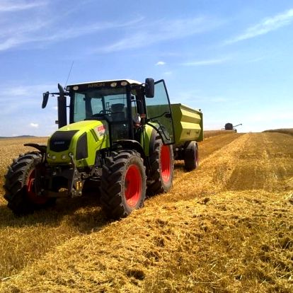 Jízda traktorem s motorem o obsahu 4,5 litru jako zážitkový dárek
