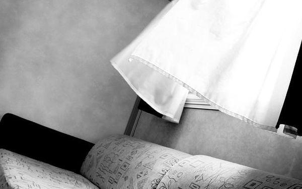 Dvoulůžkový pokoj s manželskou postelí a vlastní externí koupelnou3