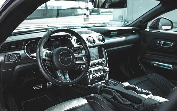 Jízda ve Fordu Mustang: spolujezdec či řidič nebo zapůjčení vozu