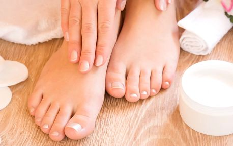 Mokrá pedikúra s možností gel laku i masáže.