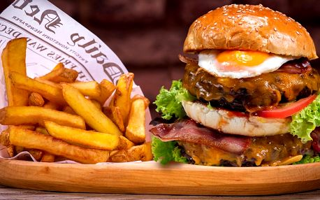Burger s dvojitou porcí masa, hranolky a pivo