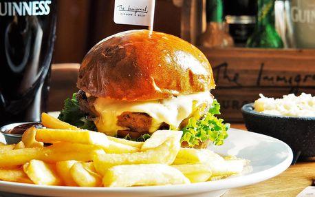 Burger s grilovaným hovězím, hranolky a coleslaw