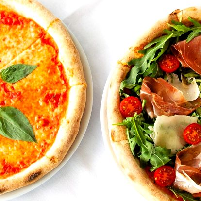 Dvě pizzy a lahev šumivého vína na lodi