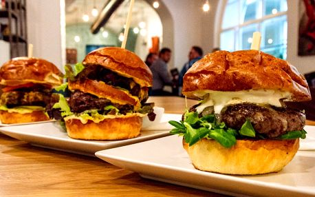 Burger podle výběru z 8 druhů a bramborové lupínky