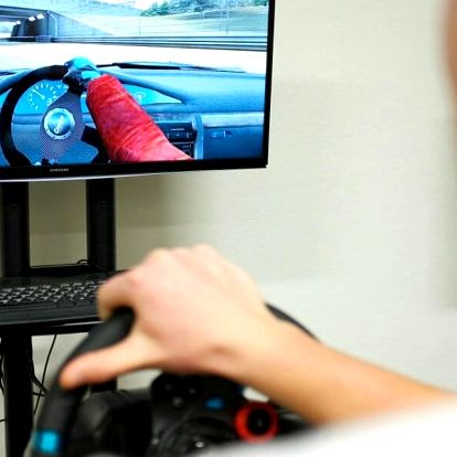 Jízda na promakaných simulátorech závodních aut