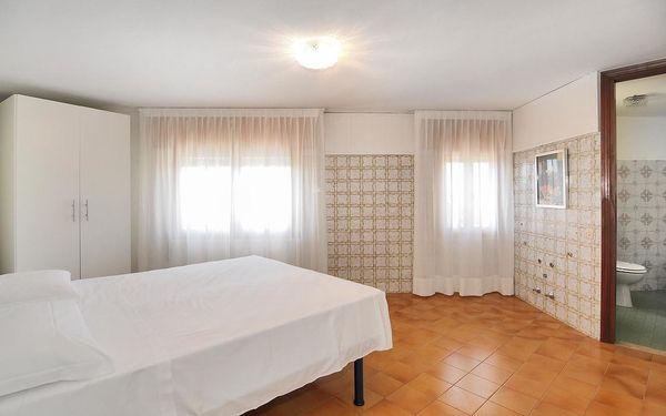Malý dvoulůžkový pokoj s manželskou postelí4