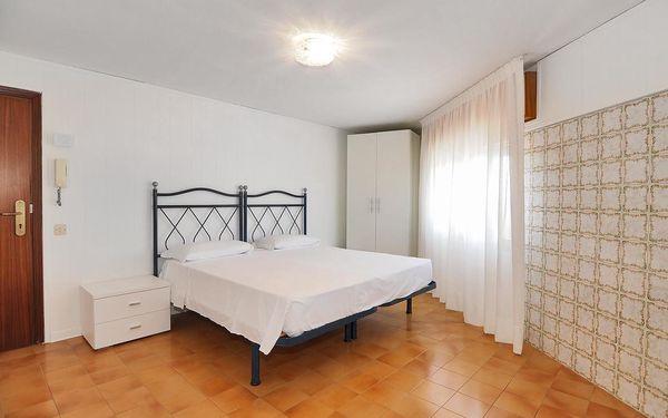Malý dvoulůžkový pokoj s manželskou postelí5