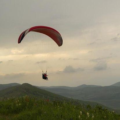 Tandem paragliding v oblacích s krásným výhledem