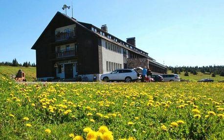 Stanování na Horské pláni přes víkend v zařízení Dvorská bouda
