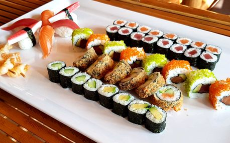 50 ks sushi: s rybami, krevetami i avokádem