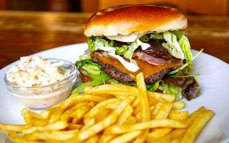 Burger s masem z mladého býčka pro dva i partu