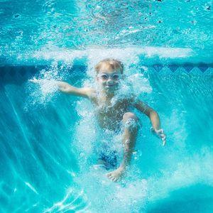 Do vody: Slunce láká k řádění v bazénu
