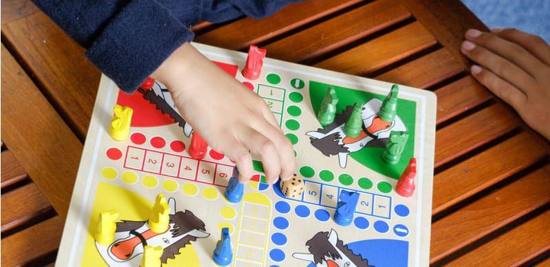 Společenské hry: Kdo si hraje, ...